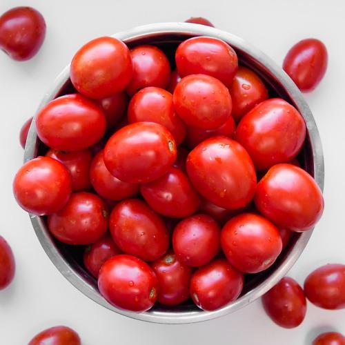 miska pełna owalnych pomidorów